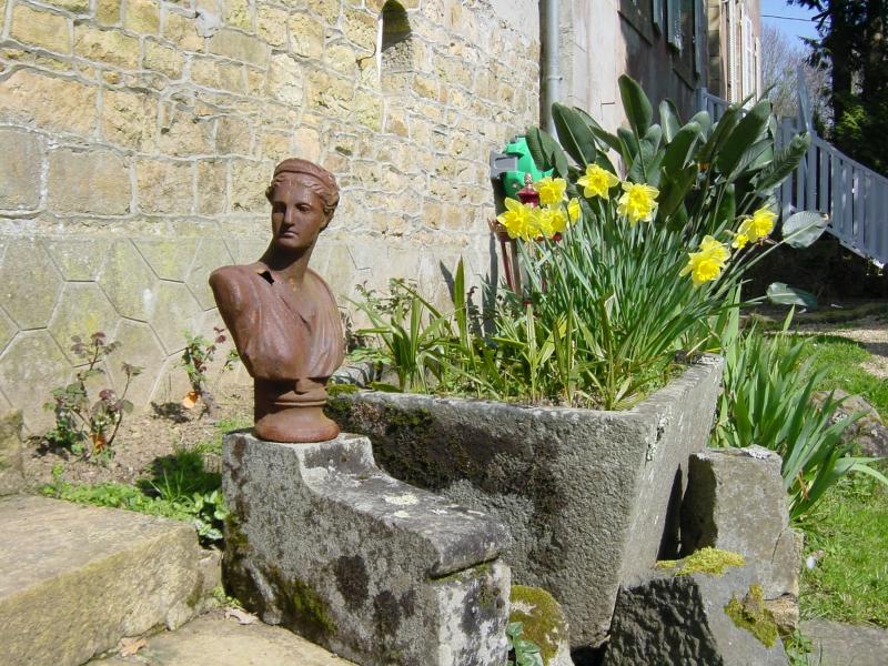 Statue et fleurs pour les chambres d'hôtes en Finistère