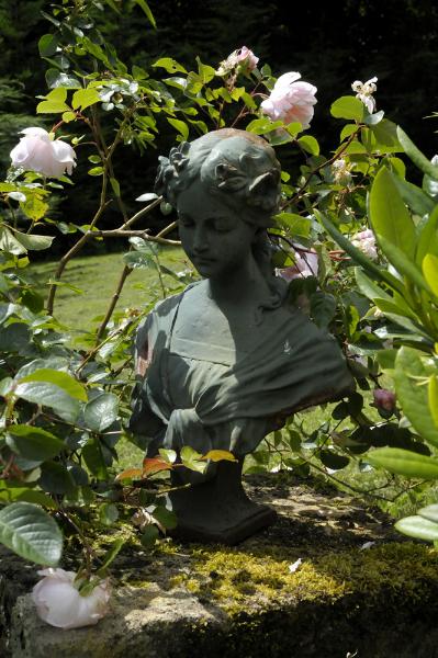 Statue et roses anglaises pour chambre d'hôtes en France