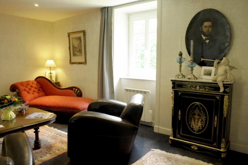 Le salon d'une suite en hôtel de charme à Brest