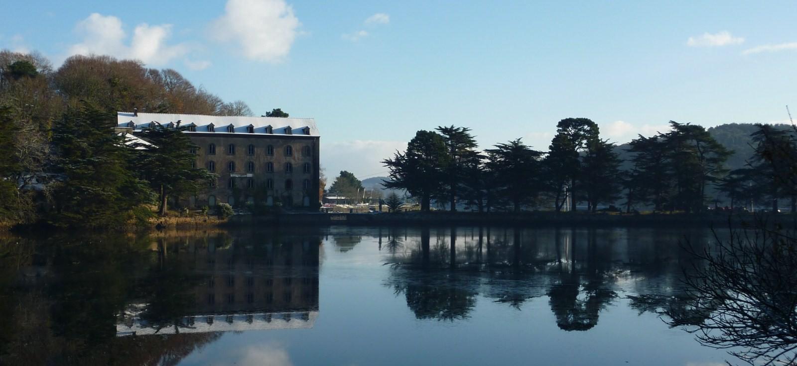 L'hotel de Moulin Mer proche du port se trouve en face de l'eau en Bretagne